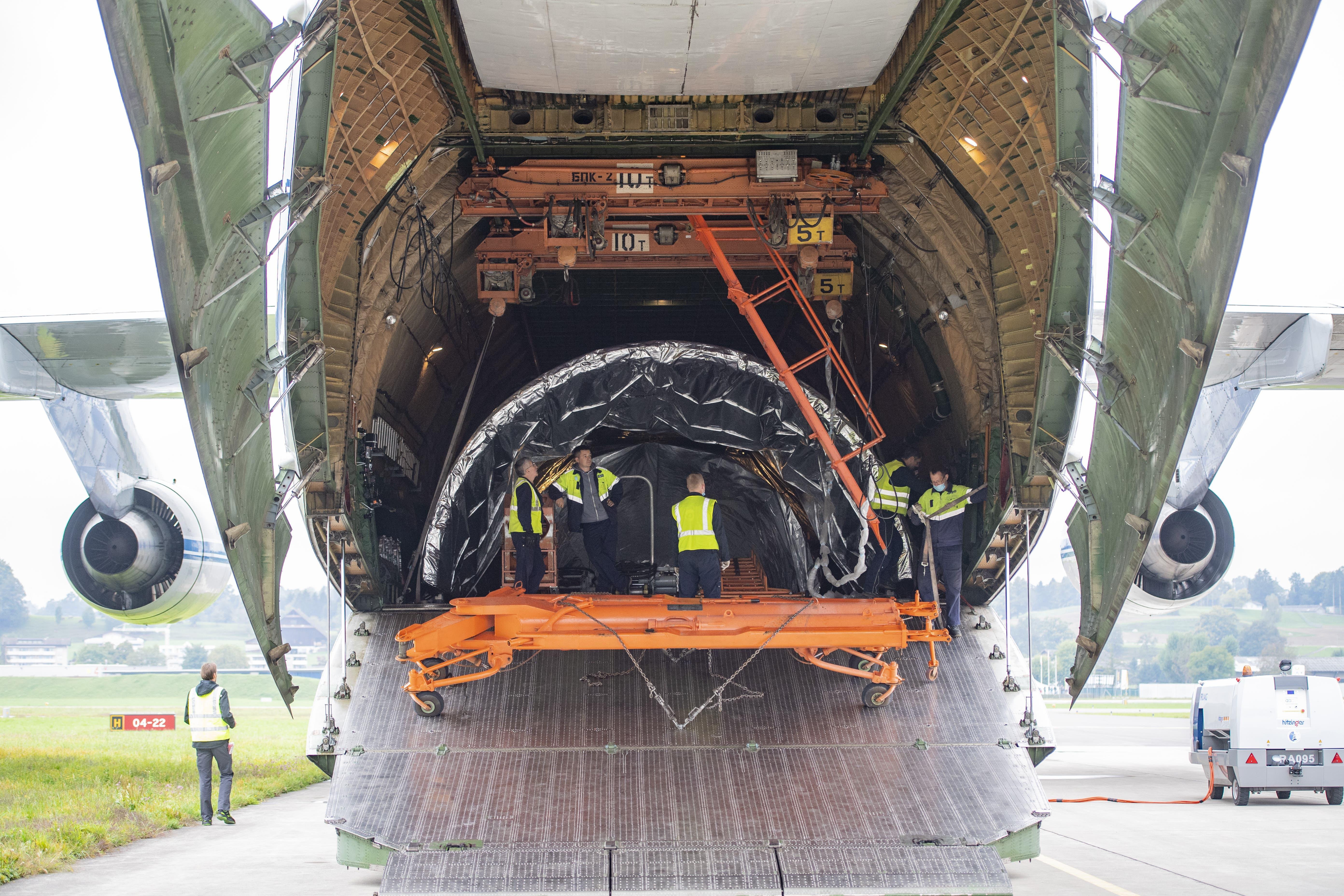 Die Antonov AN-124 transportiert einen Teil einer Raketenspitze der Ruag Space.