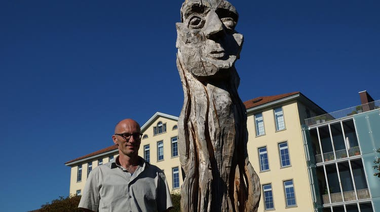 Monumentale Figuren mit Charakter bevölkern das Reussufer