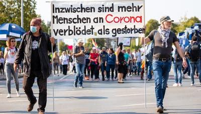 Corona-Demonstranten – wie hier in Hannover – haben sich für kommendes Wochenende in Konstanz angekündigt. (Moritz Frankenberg / DPA)