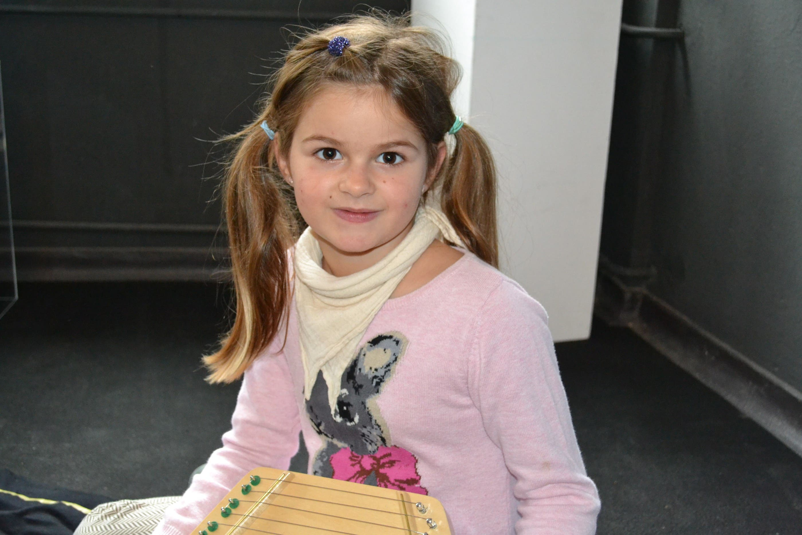 Selina (7) «Ich bin zum ersten Mal hier und finde es toll. Mir hat das Kneten grossen Spass gemacht. Ich bin aber auch froh, dass es viele Pausen gibt. So habe ich die Möglichkeit, andere Spiele auszuprobieren. Musizieren tue ich sehr gerne. Mein Lieblingsinstrument ist die Harfe.»