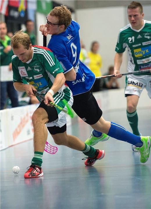 Der Wiler Isaac Rosen (links) im Kampf um den Ball gegen Jets Fabian Zolliker (rechts).