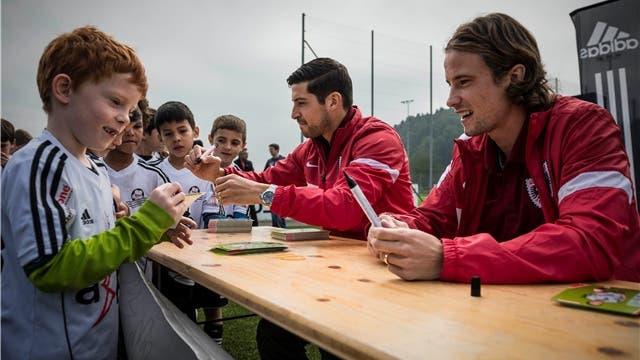 Die FCA-Stars geben Autogramme in Gränichen