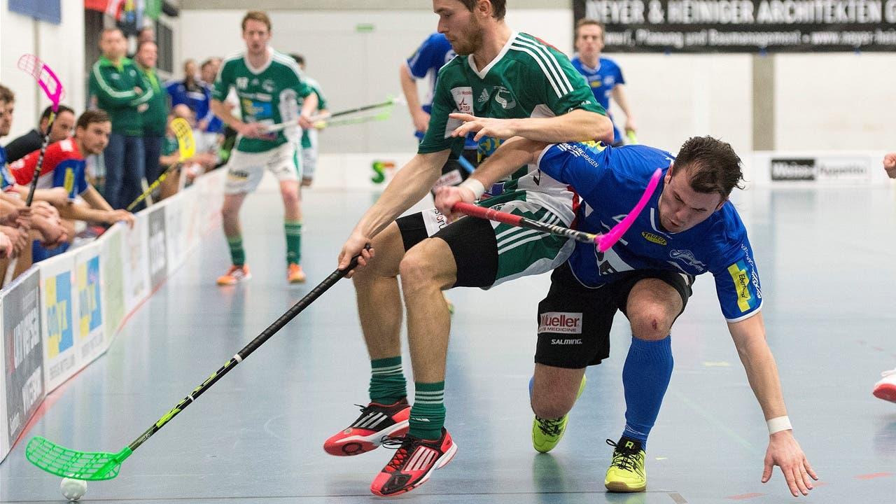 Isaac Rosen (links) im Kampf um den Ball mit Sven Heinzelmann.i