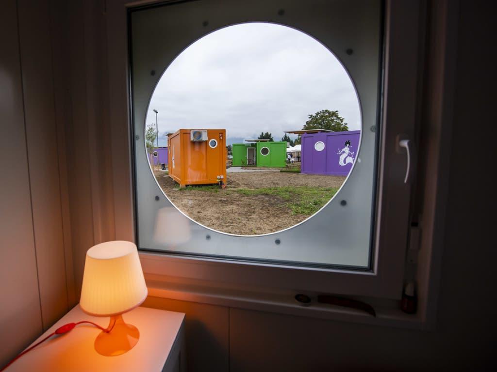 Das Bullauge ist ein Merkmal aller mobiler Wohn-Container der Obdachlosensiedlung im Genfer Vorort.