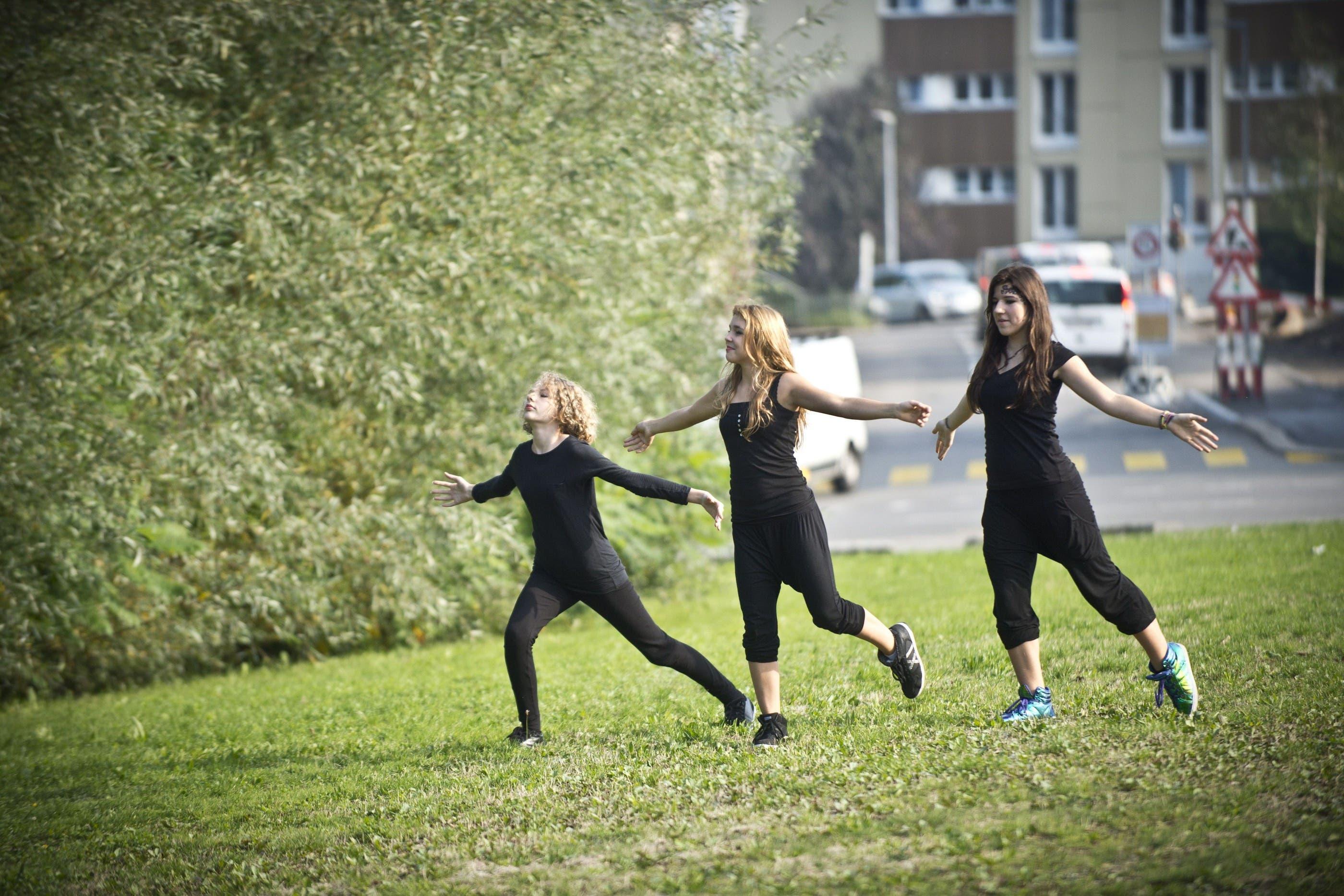 Sophia, Sonora und Jovana auf der Wiese