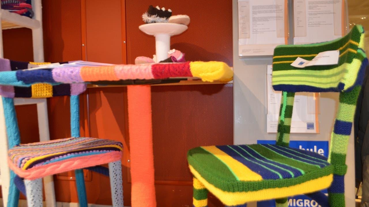 Die Strickkunstwerke sind im Migros-Restaurant in der Igelweid ausgestellt.