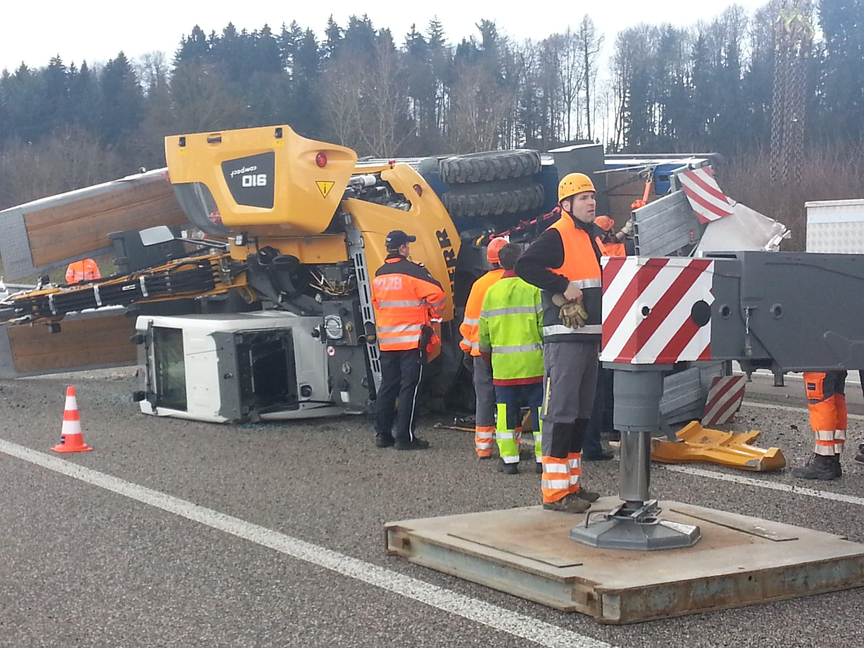 Der rund 15 Tonnen schwere Pneubagger kippte zur Seite.