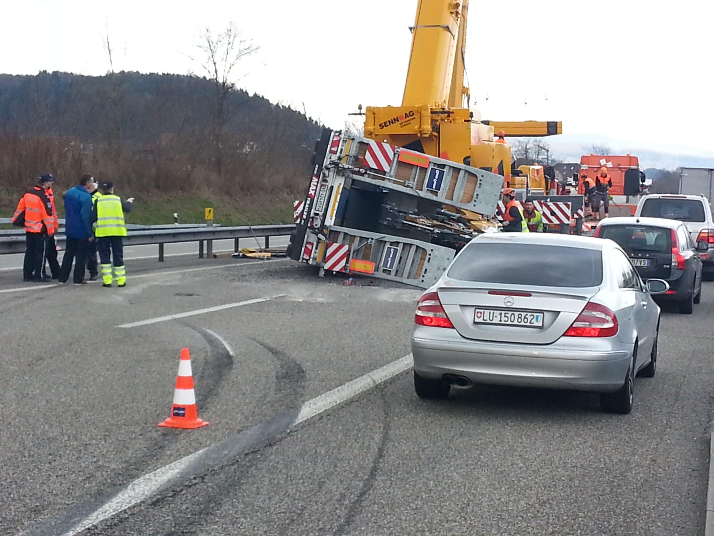 Kurz nachdem der Anhängerzug auf die Autobahn auffuhr begann der Anhänger zu schlingern.