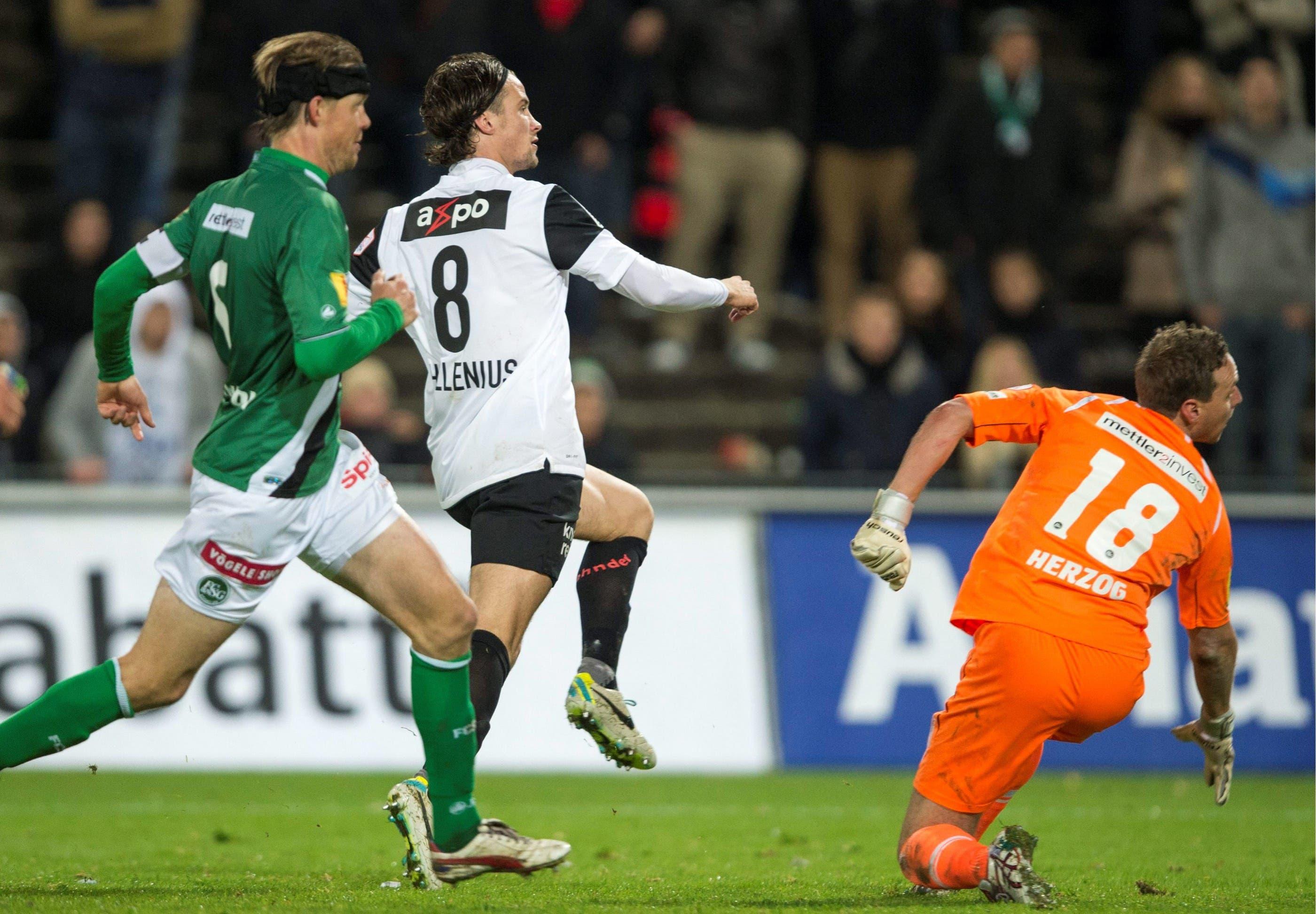 Linus Hallenius, Mitte, vom FC Aarau, erzielt das Ausgleichstor gegen St. Gallen-Goalie Marcel Herzog.