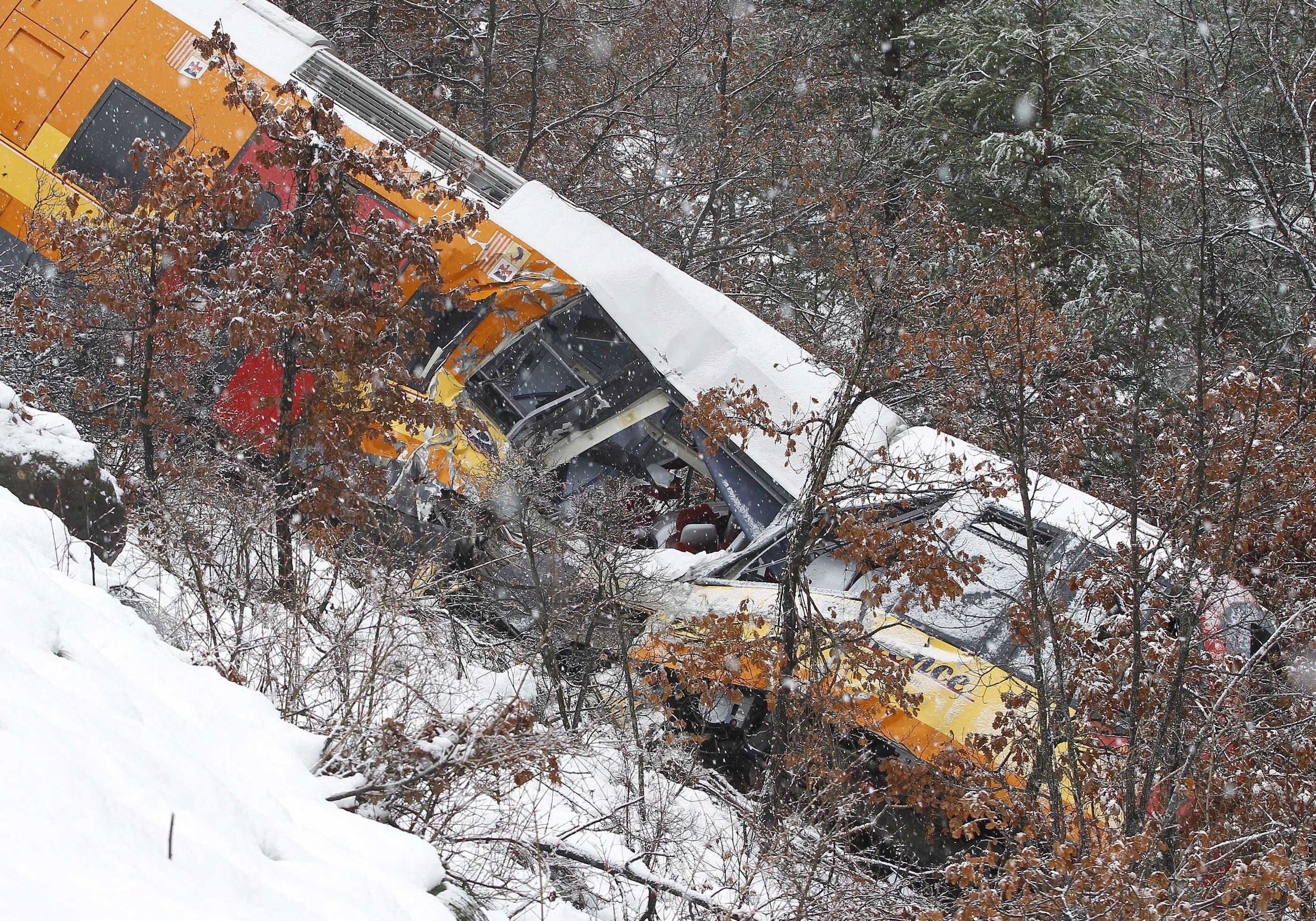 Mindestens zwei Personen kamen bei dem Unfall ums Leben