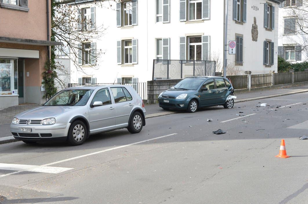 Auch dieses Auto bekam einen Blechschaden ab, doch der Unfallfahrer fuhr unbeirrt weiter.