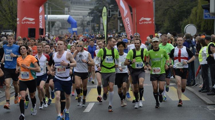 Applaus für die Marathonläufer auf der grossen Kreuzung