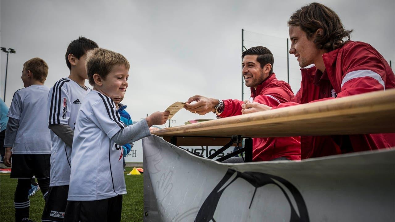 Auch den Aarau-Spielern bereitete es Freude, den Junioren einen Gefallen zu tun. Foto: Bütschi
