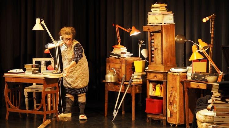 Schwagertheater: Claudine im einsamen Gespräch mit der Schreibtischlampe