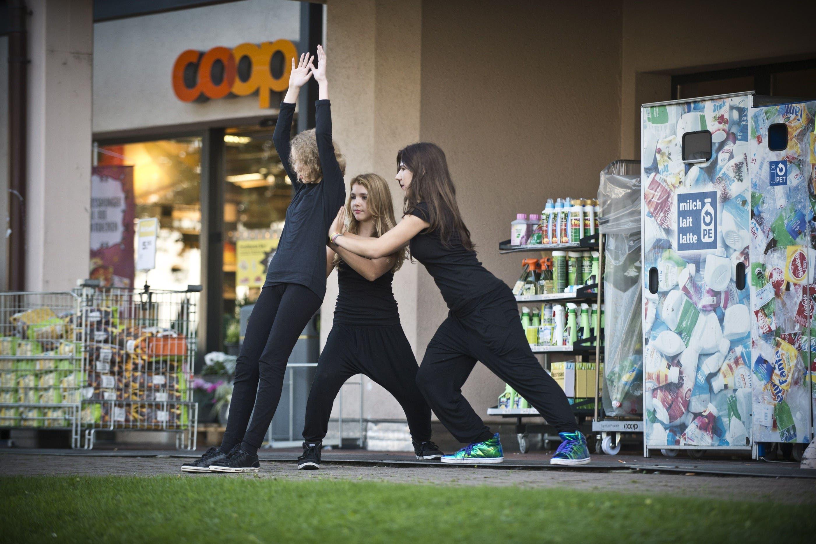 Eine ungewohnte Tanzeinlage vor der Coop-Filiale