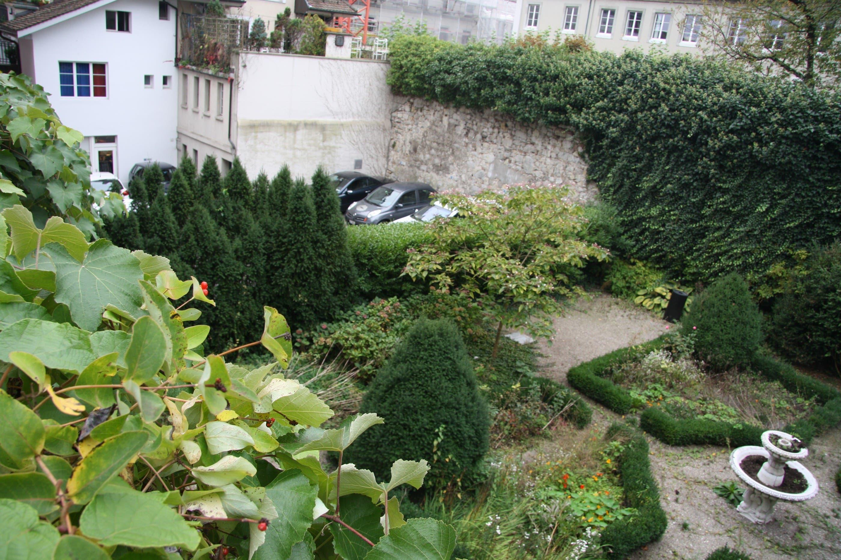 Im Süden Parkplätze im Norden ein verwildeter Barockgarten
