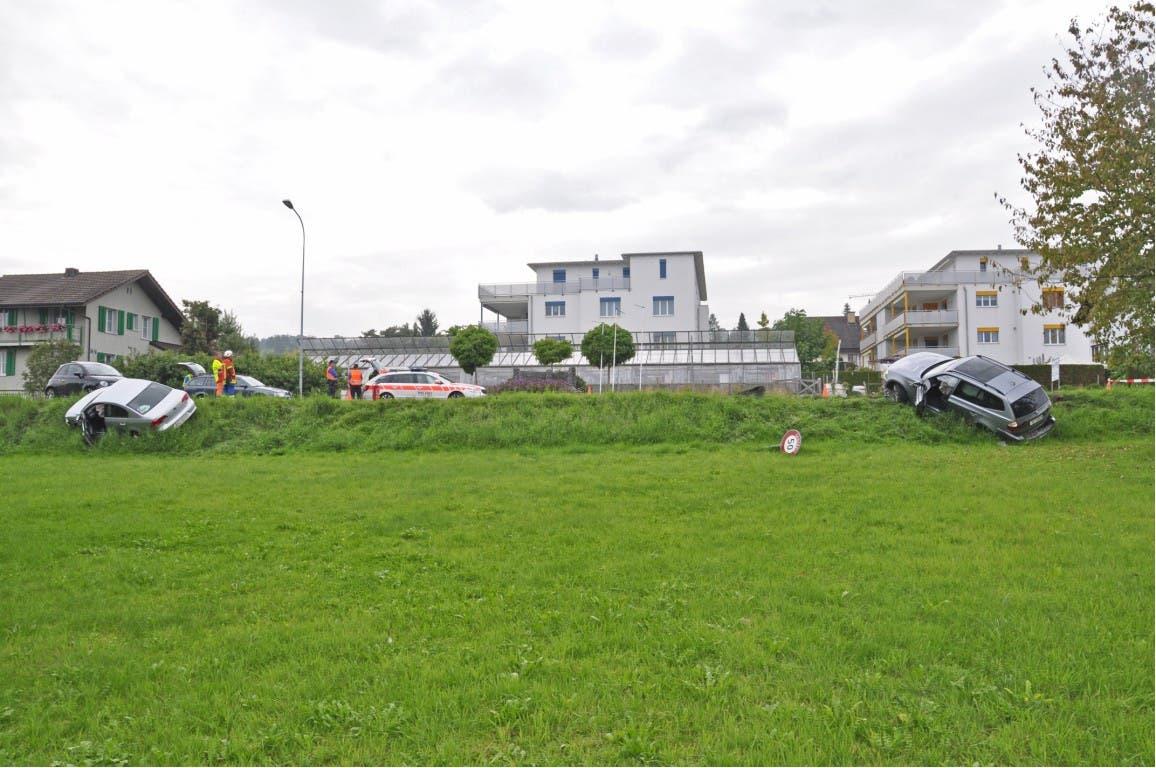 Kollision zwischen drei Autos fordert in Boswil zwei Verletzte.
