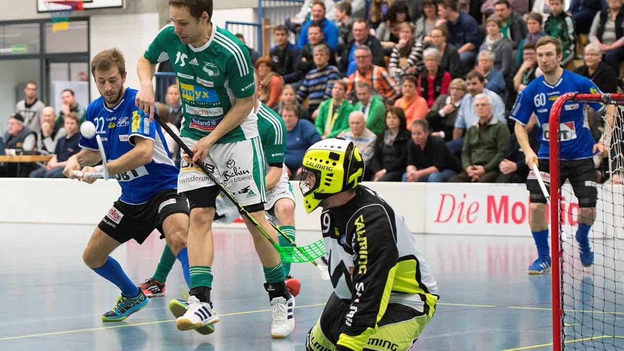 Wilers Christoph Hofbauer (mitte) im Kampf um den Ball gegen Buelach's Daniel Duerst (links).