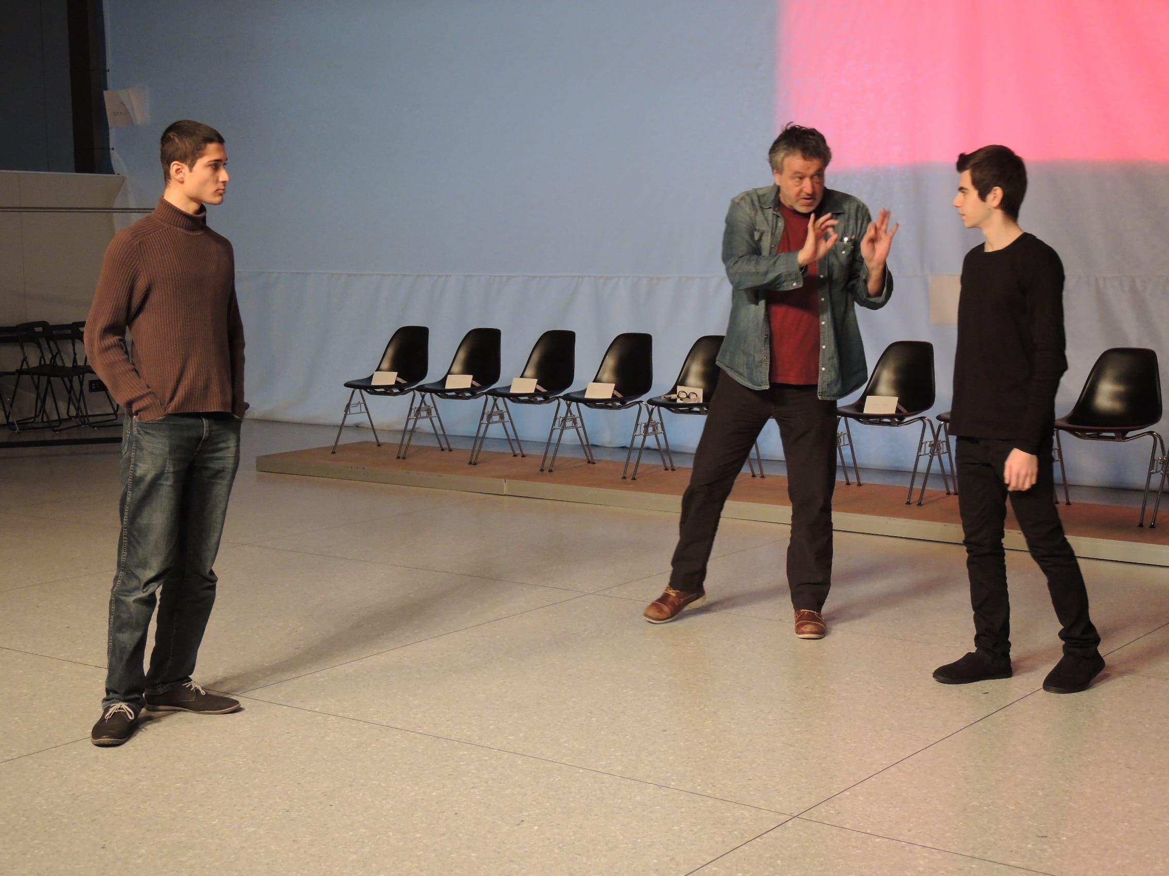 Ueli Haenni (Mitte) gibt den Schülern Tolga Sevim (links) und Elvio Petillo Tipps