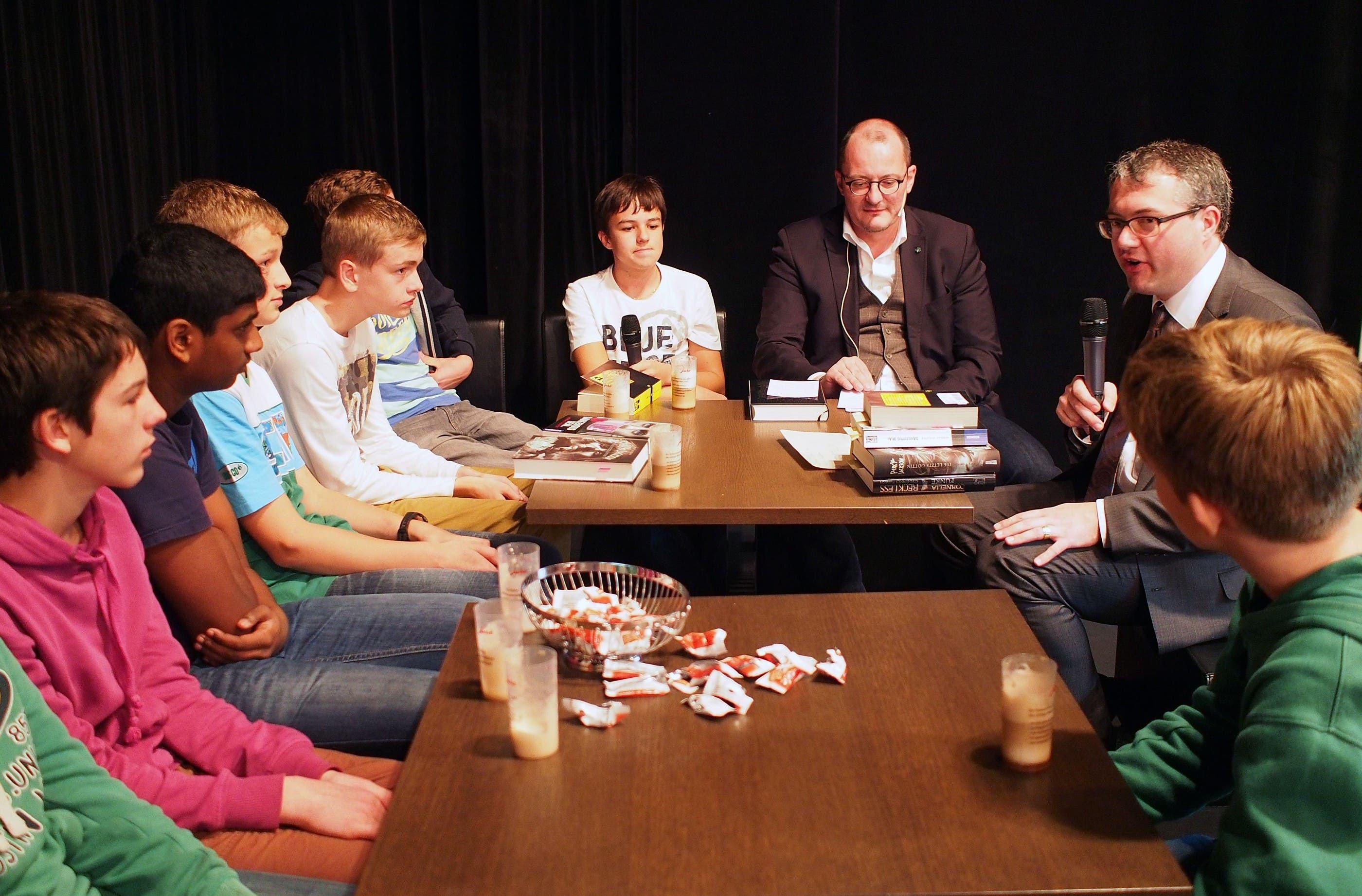 Remo Ankli nahm im Anschluss an das Interview am SoBa-Literaturclub zusammen mit Jugendlichen von der Kantonsschule Olten teil