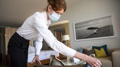 Eine Angestellte inspiziert ein Zimmer eines Hotels beim Neuenburgersee. (Keystone)