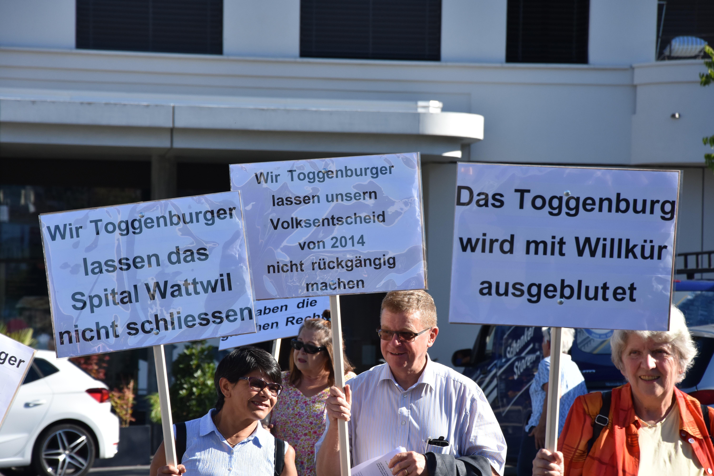 Das Bürgerforum Pro Regionalspital Wattwil machte im Dorfzentrum von Wattwil mobil gegen die Schliessung des Toggenburger Spitals.