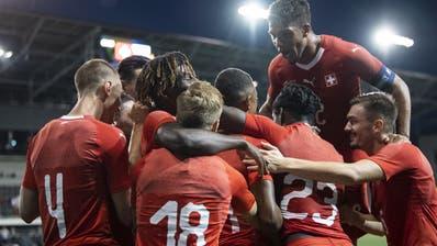 Kevin Rüegg (ganz rechts) und seine Kollegen bejubeln den 4:1-Sieg gegen die Slowakei. (Ennio Leanza / KEYSTONE)