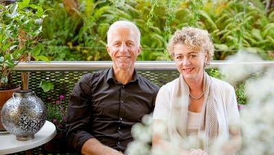 Erden sich in ihrer Oase: Mathias Gabathuler und seine Frau Petra Neff auf der Terrasse. (Bild: Tobias Garcia)