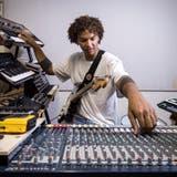 Dave Flütsch produziert in seiner «Höhle» neue Sounds. Er will andere für die Möglichkeiten der Musikproduktion begeistern. (Bild: Reto Martin (Weinfelden, 27. August, 2020))