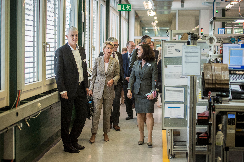 Bundesrätin Karin Keller-Sutter besucht mit einer Delegation von Regierungsräten aus der ganzen Schweiz die Baumer AG in Frauenfeld.