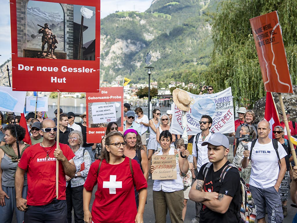 Dutzende Menschen nahmen am Demonstrationsspaziergang am Samstag von Flüelen nach Altdorf teil.