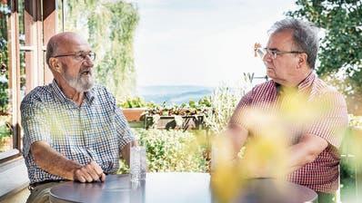 Gespräch unter Jägern: Der Tuttwiler Martin Ebner unterhält sich mit Walter Schmid, Präsident von Jagd Thurgau, über das neue Jagdgesetz. (Bild: Andrea Stalder)