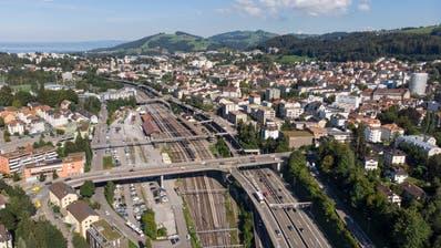 Die Autobahn trennt den Bahnhof St.Fiden (Bildmitte) vom Quartier ab. (Bild: Ralph Ribi)