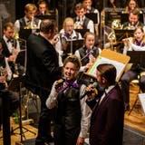 Livia Fattorelli und Luca Zimmermann im Duett, im Hintergrund das Symphonische Blasorchester. (Bild: PD/Reto Bollinger)