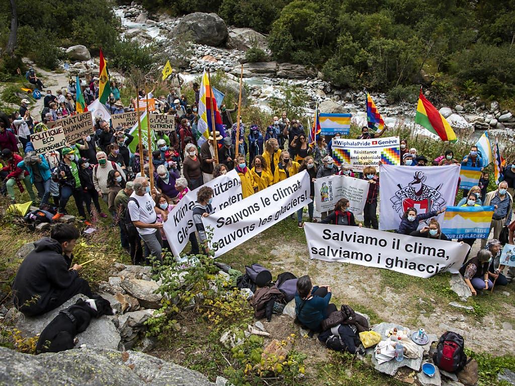 Umweltaktivisten haben im Wallis am Fuss des Trient-Gletschers an die 500 bereits geschmolzenen Gletscher in der Schweiz erinnert.