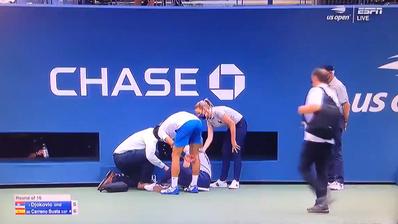 Ob absichtlich oder nicht, Novak Djokovic wird für das Ballwegschlagen disqualifiziert. (Screenshot/Twitter_ESPN)