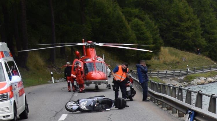 Trotz rascher Hilfe ist ein Motorradfahrer beim Unfall am Silvaplanersee seinen schweren Verletzungen erlegen. (Kantonspolizei Graubünden)