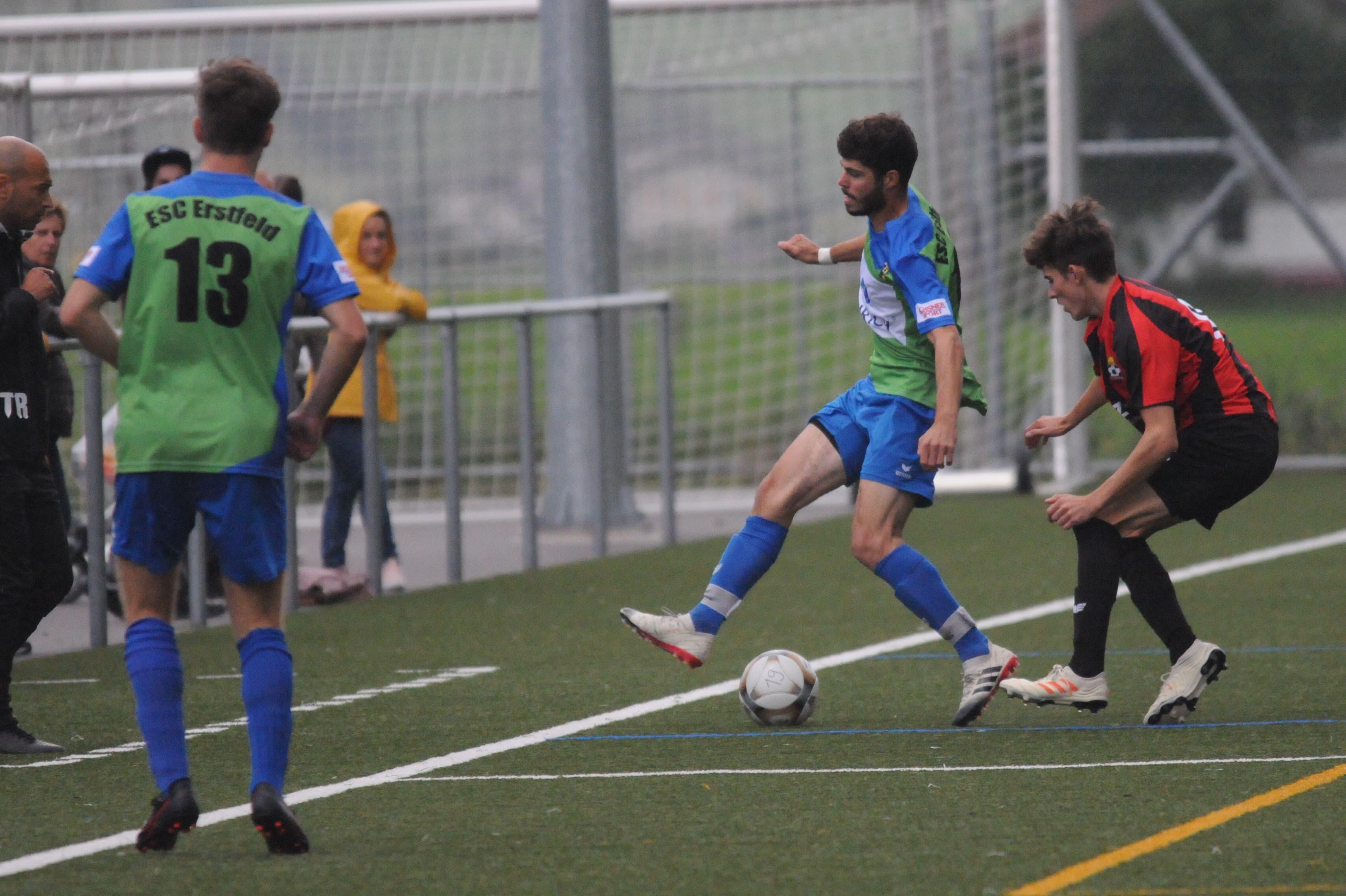 ESC-Spieler Janick Gisler am Ball