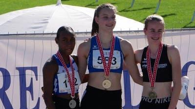 Vereinsgeschichte geschrieben: Lia Thalmann (Mitte) hat für den KTV Wil die erste Goldmedaille in der Kurzsprint-Distanz an Schweizer Meisterschaften geholt. (Bilder: PD)