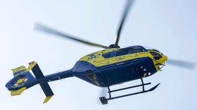 Der Verletzte wurde mit einem Helikopter der Alpine Air Ambulance ins Spital geflogen. (Bild: Alex Spichale)