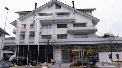 Die ehemalige Filiale der Raiffeisenbank in Oberägeri wird momentan zu einer Hausarzt-Gemeinschaftspraxis umgebaut. (Werner Schelbert (22. März 2018))