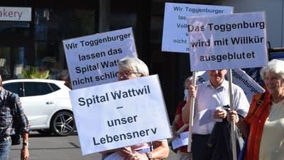 Am Wochenende vom 4. und 5. September haben Vertreterinnen und Vertreter des Bürgerforums Pro Regionalspital Toggenburg mit Plakaten in Wattwil bereits auf die aus ihrer Sicht falsche Spitalpolitik hingewiesen. (Bild: Ruben Schönenberger (Wattwil, 4. September 2020))
