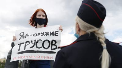 «Gift ist die Waffe der Feiglinge» steht auf dem Plakat der Aktivistin in Nowosibirsk. Sergej Bojko lässt sich nicht leicht einschüchtern. Swetlana Kawersina hat genug vom Stillstand. (Bild: Kirill Kukhmar / TASS)