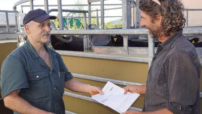 Der Landwirt übergibt dem Metzger die amtlichen Begleitscheine der Tiere. (Bilder: Michael Götz)