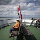 Sich den Wind um die Nase wehen lassen, das ist leider nicht erlaubt: Eine Passagierin mit Schutzmaske auf der «MS Zürich» der Schweizerischen Bodensee-Schifffahrtsgesellschaft (SBS). (Bild: Gian Ehrenzeller / KEYSTONE)
