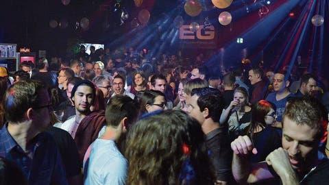 Aus vergangenen Zeiten: Junge Erwachsene feiern im Wiler EG-Club. (Bild:Christoph Heer)