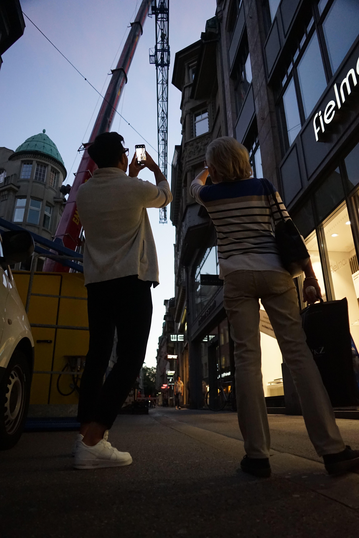 Zahlreiche Schaulustige beobachten das Geschehen und machen Fotos.