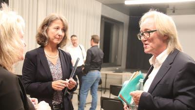 Primarschulpräsidentin Regina Hiller und Sekundarschulpräsident Robert Schwarzer diskutieren nach der Veranstaltung mit einer Versammlungsteilnehmerin. (Barbara Hettich)