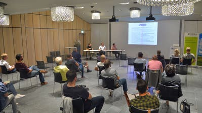 Die Verantwortlichen des Weinfelder Marktplatzfestes informieren die Standbetreiber im TKB-Konferenzsaal über den neuesten Stand der Planung. (Bild: Mario Testa (Weinfelden, 8. September 2020))