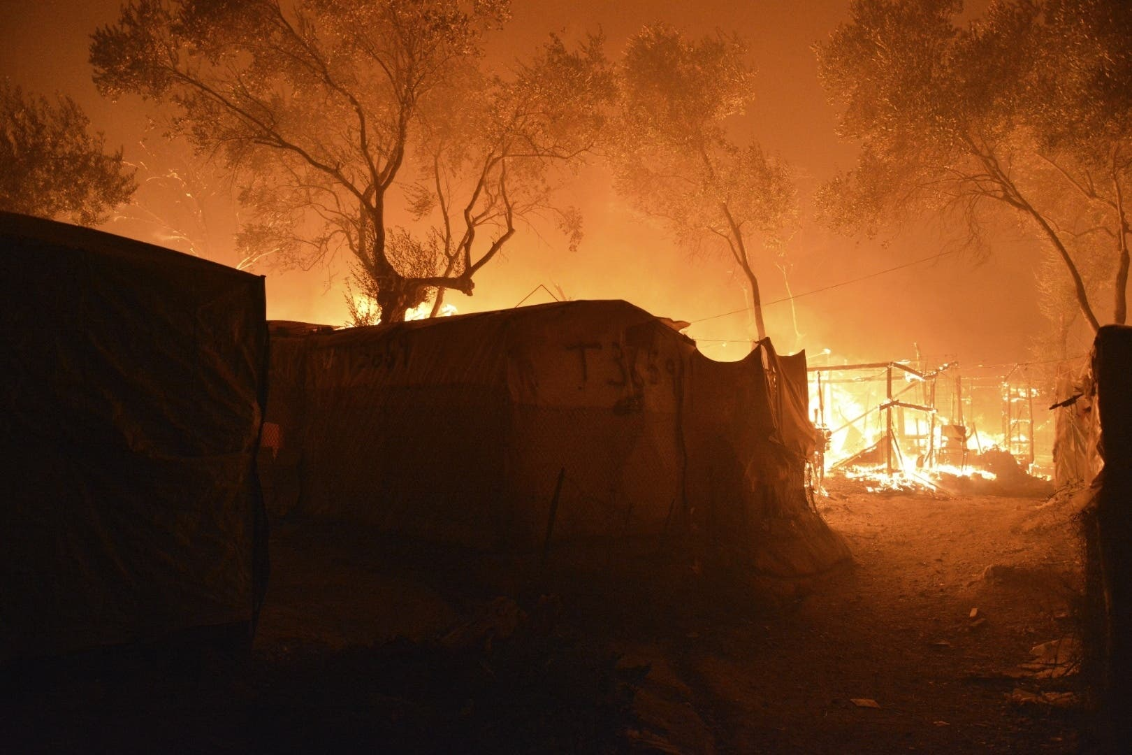 Das Lager wurde in der Nacht Raub der Flammen.